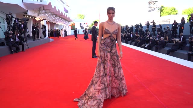 vídeos de stock, filmes e b-roll de taylor hill arrives on the red carpet ahead of the opening ceremony and the lacci screening during the 77th venice film festival at sala grande on... - festival de cinema