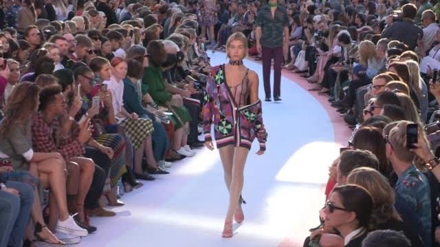vídeos de stock, filmes e b-roll de taylor hill grace elizabeth hailey baldwin and their fellow models walk the runway for the missoni ready to wear spring summer 2018 fashion show in... - missoni
