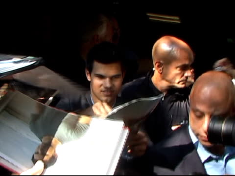 stockvideo's en b-roll-footage met taylor lautner arrives at the at the david letterman show at the celebrity sightings in new york at new york ny - 2010
