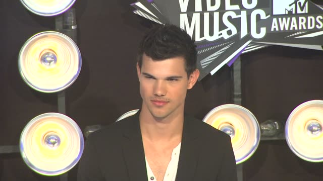 taylor lautner at the 2011 mtv video music awards at los angeles ca - mtv video music awards stock videos & royalty-free footage