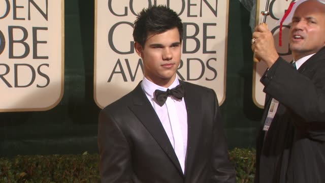 taylor lautner at the 67th annual golden globe awards arrivals part 4 at beverly hills ca - ゴールデングローブ賞点の映像素材/bロール