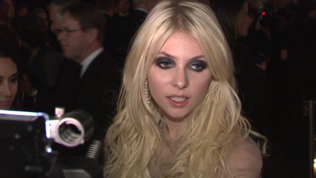 stockvideo's en b-roll-footage met taylor momsen talking about her versace dress and supporting the whitney museum at the 2009 whitney museum gala at new york ny - versace modelabel