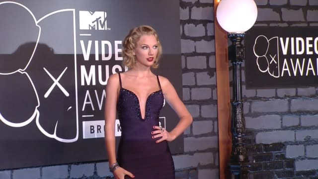vidéos et rushes de taylor swift at 2013 mtv video music awards - red carpet on august 25, 2013 in barclays center in brooklyn, new york, new york - tapis rouge