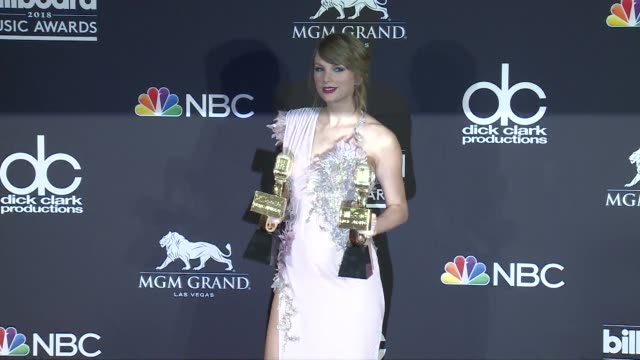 vidéos et rushes de taylor swift at the 2018 billboard music awards press room on may 20 2018 in las vegas nevada - billboard music awards
