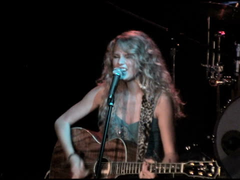vídeos de stock e filmes b-roll de / taylor swift with emily poe on fiddle and todd lombardo on guitar, performing 'permanent marker' at the whisky a go go venue, first camera angle. - instrumento de escrita