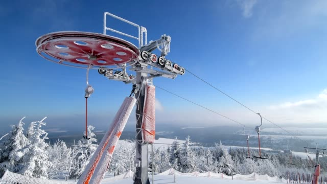 t-bar lift with drive, mount fichtelberg, oberwiesenthal, erzgebirge, ore mountains, saxony, germany, europe - ski lift stock videos & royalty-free footage