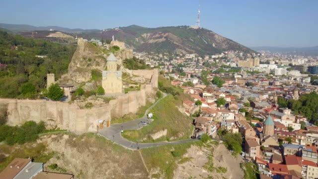vídeos y material grabado en eventos de stock de tbilisi aerial cityscape with mtkwari river, narikala fortress and caucasus mountains in the background/ georgia, caucasus - georgia