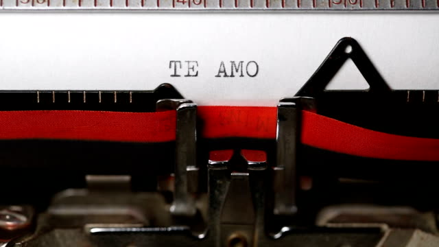 vídeos de stock e filmes b-roll de te amo - typing with an old typewriter - texto