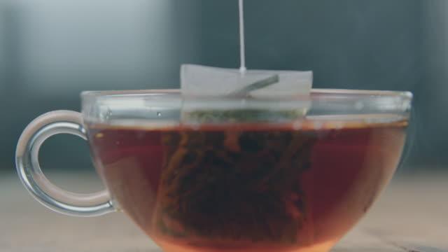 vídeos y material grabado en eventos de stock de tea bag lift - té bebida caliente