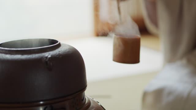 vídeos de stock, filmes e b-roll de chá cerimônia host concha água na tigela de chá - washitsu