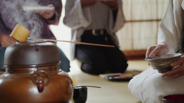 vídeos y material grabado en eventos de stock de tea ceremony anfitrión enjuague taza de té - sado