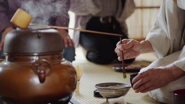 vídeos y material grabado en eventos de stock de ceremonia del té anfitrión del té en polvo en el tazón - sado