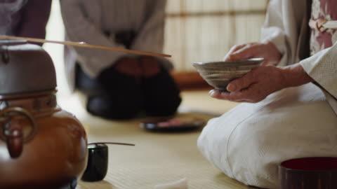 vídeos y material grabado en eventos de stock de ceremonia del té anfitrión agitación té - culturas