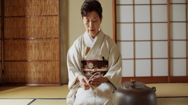 vídeos de stock, filmes e b-roll de anfitrião da cerimónia de chá que limpa para baixo implementa - washitsu