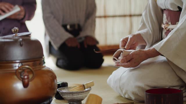 vídeos y material grabado en eventos de stock de ceremonia del té anfitrión limpiando té scoop - sado