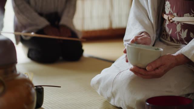 vídeos y material grabado en eventos de stock de ceremonia de té anfitriona limpieza cuencos - sado