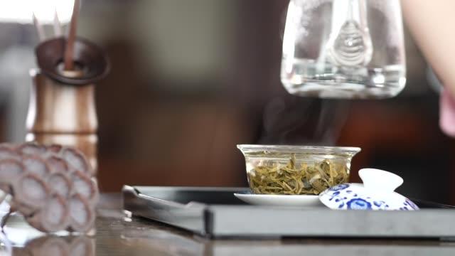 vídeos y material grabado en eventos de stock de ceremonia del té, verter el té en la taza. - sado