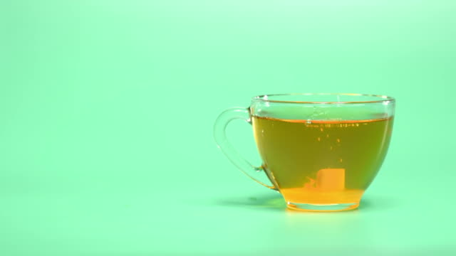 vídeos y material grabado en eventos de stock de taza de té y azúcar sobre azul - azúcar