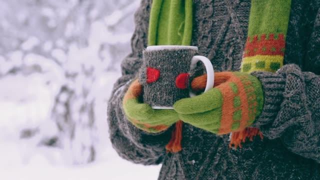 vídeos y material grabado en eventos de stock de té en invierno - jersey de cuello alto