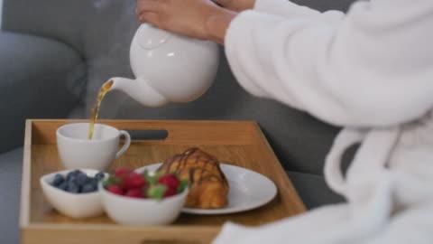 vídeos y material grabado en eventos de stock de el té es perfecto para relajarse - balneario spa
