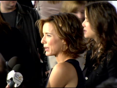 vídeos y material grabado en eventos de stock de tea leoni at the 'fun with dick and jane' premiere at the mann village theatre in westwood california on december 14 2005 - tea leoni