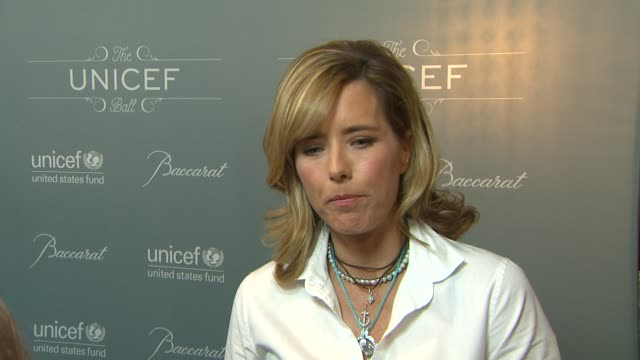 vídeos y material grabado en eventos de stock de interview tea leoni on being a part of the night her role as a unicef ambassador her recent visit to syria what unicef is doing to help children and... - tea leoni