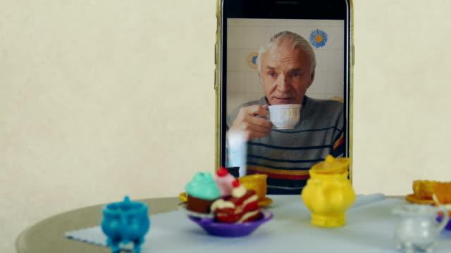 vídeos de stock, filmes e b-roll de festa de chá na mesa de bonecausando chamada de vídeo - tea party