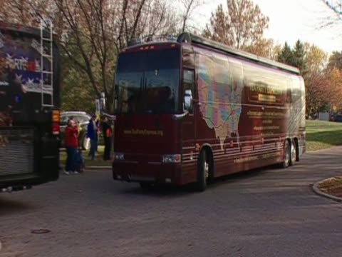 tea party campaign bus arrives in columbus on the campaign trail prior to the midterm elections - organisierte gruppe stock-videos und b-roll-filmmaterial