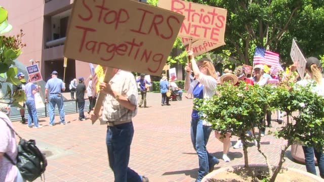 tea party irs protest on may 21 2013 in san diego california - organisierte gruppe stock-videos und b-roll-filmmaterial
