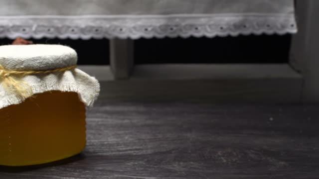vídeos y material grabado en eventos de stock de miel y tetera - recipiente