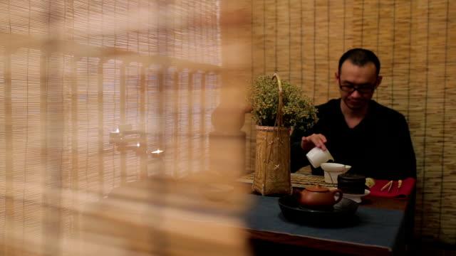 vídeos de stock e filmes b-roll de tea time - jarra recipiente