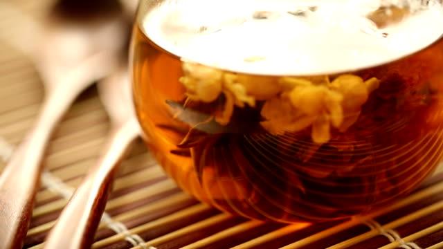 stockvideo's en b-roll-footage met tea. - theeblaadjes