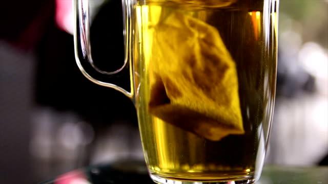 vídeos y material grabado en eventos de stock de bolsa de té - taza de té
