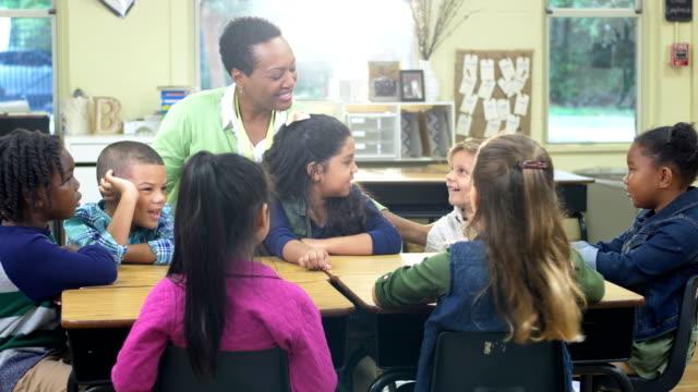 lärare och elementära studenter i klass rummet - 6 7 years bildbanksvideor och videomaterial från bakom kulisserna