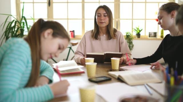 vidéos et rushes de professeur et filles étudiant sur la classe dans l'école privée - cours de mathématiques