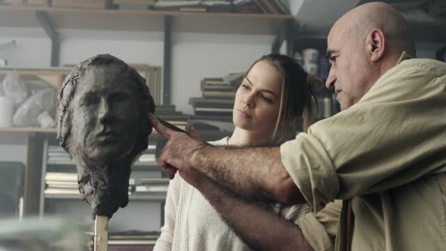 vidéos et rushes de enseignant et l'élève modelage visage argile - sculpture production artistique
