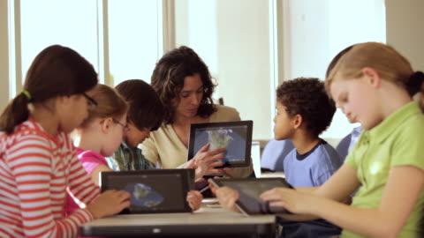 vídeos y material grabado en eventos de stock de ws teacher and students learning about planets on tablet computers in school / richmond, virginia, usa - maestro