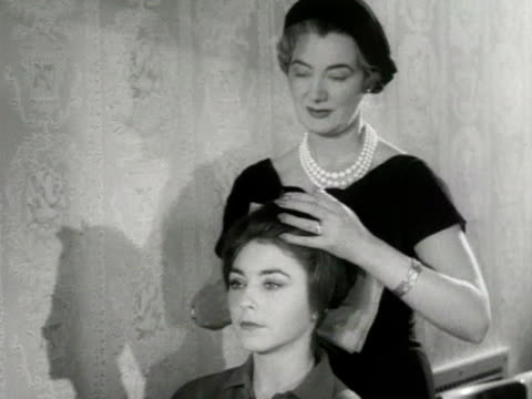 vidéos et rushes de a teacher applies false eyelashes to a model at the lucy clayton modelling school - enseignante
