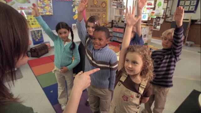 vídeos y material grabado en eventos de stock de ms teacher asking questions and students (5-6) raising hands, oshkosh, wisconsin, usa - encuadre de tres cuartos