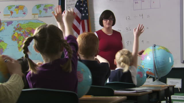 stockvideo's en b-roll-footage met teacher at the head of her class - bureauglobe