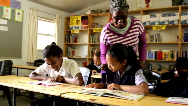 Profesor de lectura para estudiantes de control de clase