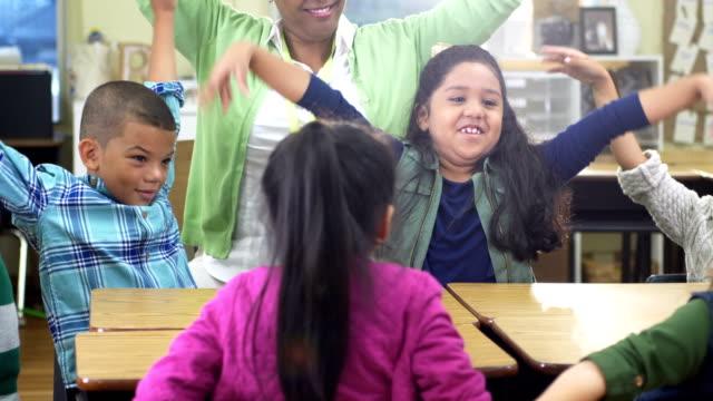 lärare, elementära studenter i klass rummet, flaxa armar - 6 7 years bildbanksvideor och videomaterial från bakom kulisserna