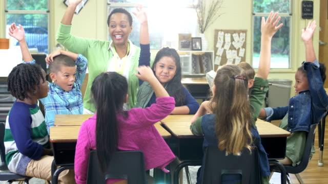 lärare, elementära elever i klass rummet, händer upp - 6 7 years bildbanksvideor och videomaterial från bakom kulisserna