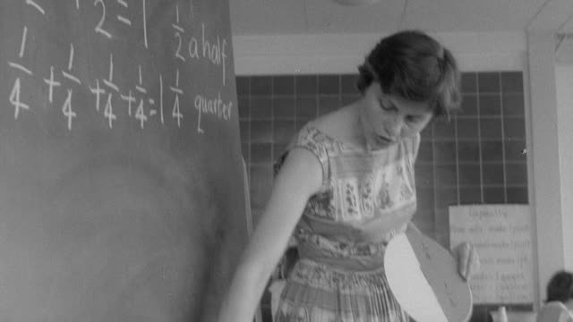 vidéos et rushes de 1960 montage teacher explaining problems on blackboard / united kingdom - cours de mathématiques