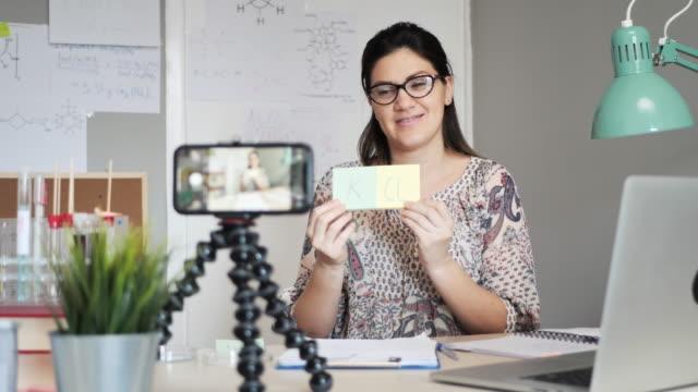 vídeos de stock, filmes e b-roll de professor facilita a química aos alunos - professor