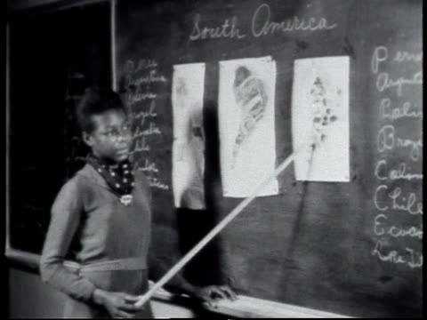 stockvideo's en b-roll-footage met 1940 montage teacher giving geography lesson / alabama, united states - fysische geografie