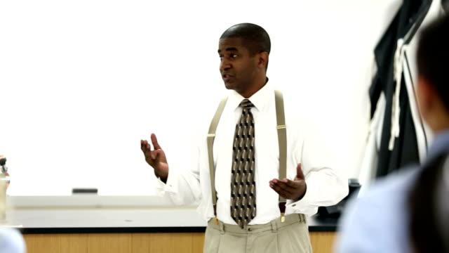 Enseignant donner cours à l'école en configuration salle de classe