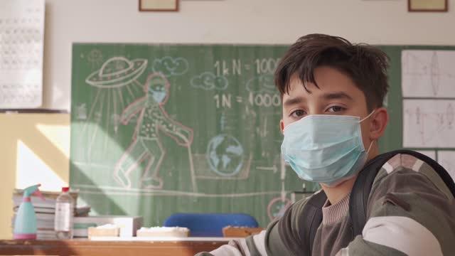vídeos de stock e filmes b-roll de teacher holding physics class to his students during coronavirus pandemic - questão social
