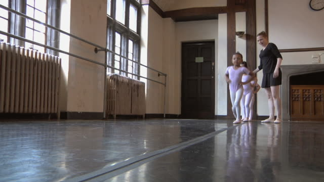 stockvideo's en b-roll-footage met ws slo mo teacher instructs students (2-7) to skip during ballet class /  chicago, illinois, usa - gympak