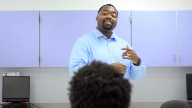 Lehrer Interaktion mit Gruppe von Studenten